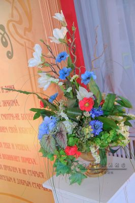 Белые колонны с цветочными композициями
