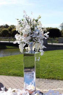 Зеркальные колоны со сферическими вазами и цветами