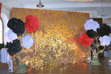 Золотая фотозона из пайеток и цветов