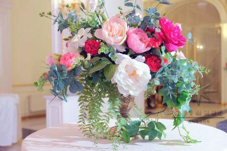 Аренда золотых ваз с цветочными композициями