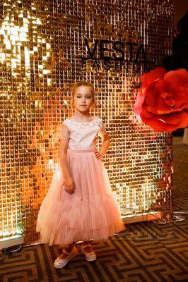 Оформление золотой фотозоны на выпускной вечер модельного агентства VestaFashion