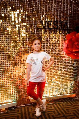 Фотозона из золотых пайеток на выпускном вечере модельной школы / агентства VestaFashion