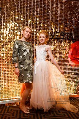 Оформление фотозоны из золотых пайеток на выпускном вечере модельной школы / агентства VestaFashion