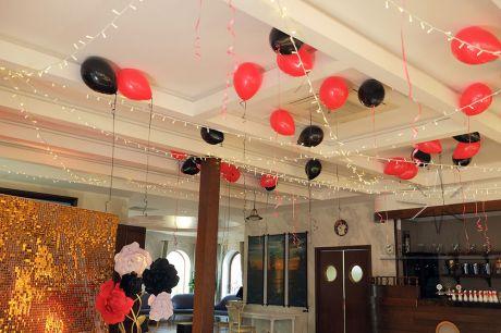 Потолок, оформленный воздушными шарами, надутыми гелием и нитями из светодиодных лампочек
