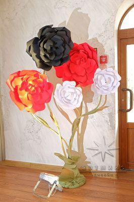 Букеты цветов из дизайнерского картона в чёрно-красно-белой гамме