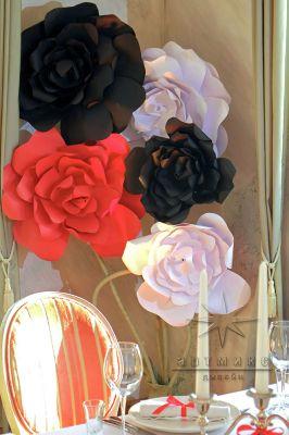 Банкетный зал украшенный периметр зала букетами цветов из дизайнерского картона