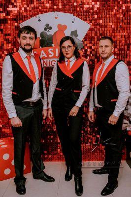 Фотозона из красно-чёрных пайеток в оформлении корпоративной вечерники в стиле Казино