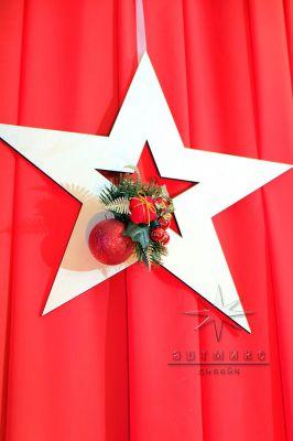 Плоская звезда с декором на красной ширме