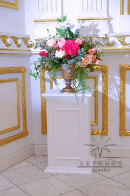 Белые колонны в декорировании банкетного зала