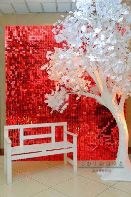 Динамические красные пайетки с деревом и скамеечкой