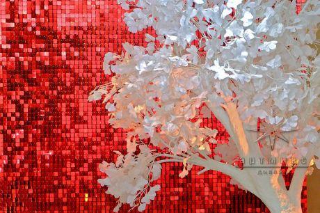Фон из динамических пайеток со скамеечкой и объёмным деревом