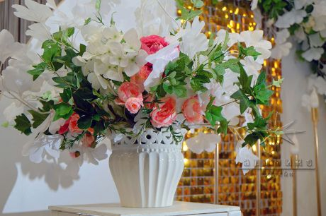 Белая ваза с цветами