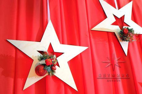 Плоские звёзды на красном фоне