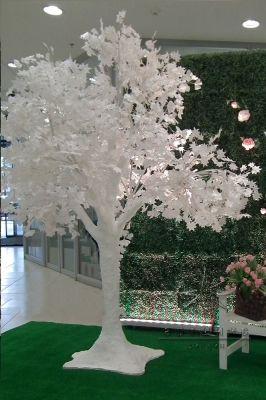 Декоративное белое дерево с лепестками Гинкго