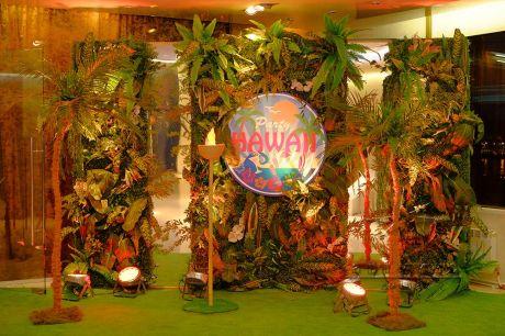 Фотозона оформлена в гавайском стиле