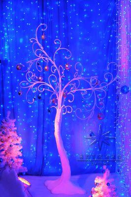 Белое дерево в новогоднем оформлении