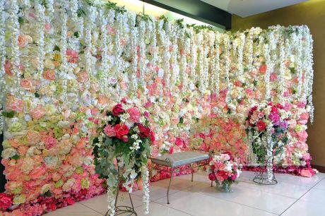 Угловая фотозона из цветов