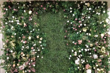 Фотозона из самшита с цветами и зеленью_2