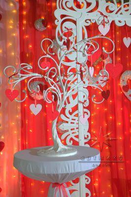 Реквизиты для фотозоны - белое дерево на высоком столике