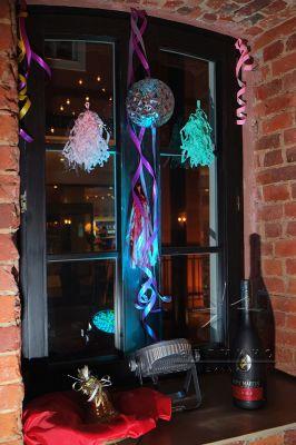 Оформление окон для тематической вечеринки на Новый год