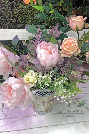 Оформление фотозоны из самшит с плетистой розой, деревом, скамейкой и неоновыми надписями_3
