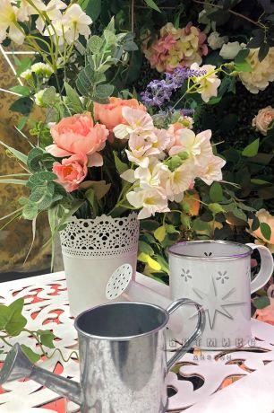 Оформление фотозоны из самшит с плетистой розой, деревом, скамейкой и неоновыми надписями_5