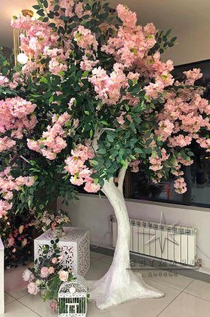 Оформление фотозоны из самшит с плетистой розой, деревом, скамейкой и неоновыми надписями_6