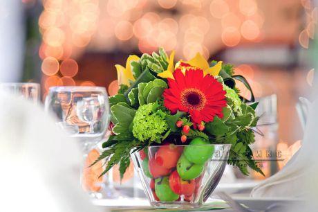 Флористическая композиция в прозрачной стеклянной вазе с декоративным наполнителем - мелкими яблочками