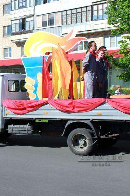 Декорации в стиле праздника, конструкции с флагами для оформления шествие на день города