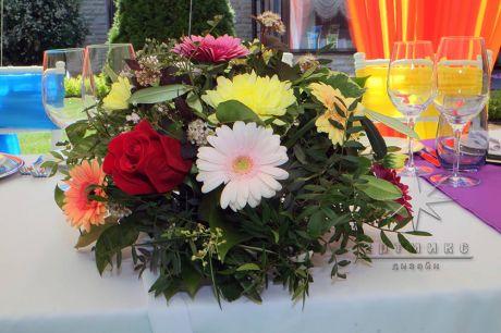 Герберы и розы в цветочной композиции