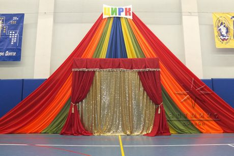 Яркая декорация шатер из текстиля