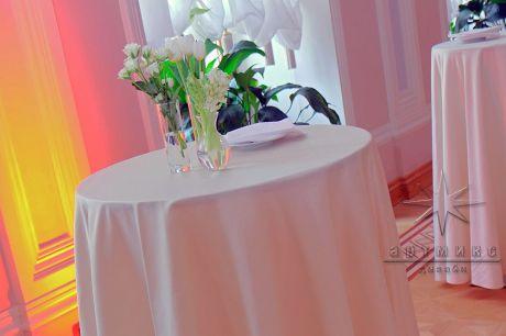 Белоснежные тюльпаны в оформлении столов
