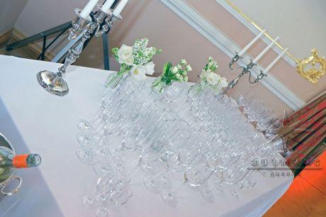 Цветы в вазах в оформлении стола