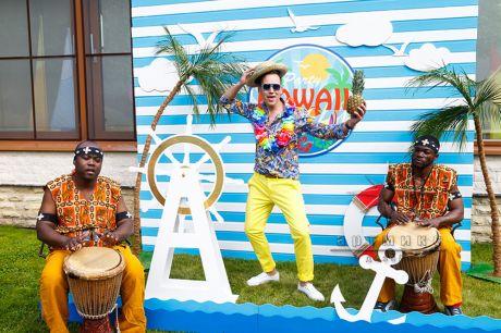 Фотозона для корпоративного праздника в стиле Гавайи пати