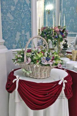 Кэнди бар декорирован тканями в бордовом цвете и живыми цветами