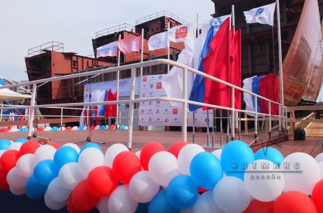 Декорирование сцены на торжественное  мероприятие флагами, баннерам и шарами