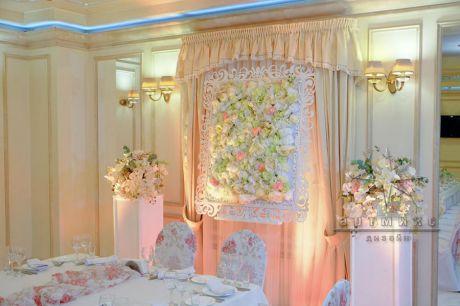 Панно из цветов в оформлении зала