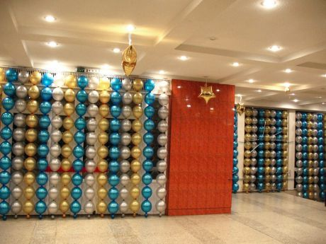 Праздничное оформление холла воздушными шарами