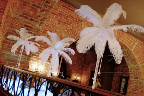 Одно из популярных праздничных инстилляций является украшение банкетного зала с белыми перьями в стиле Кабаре