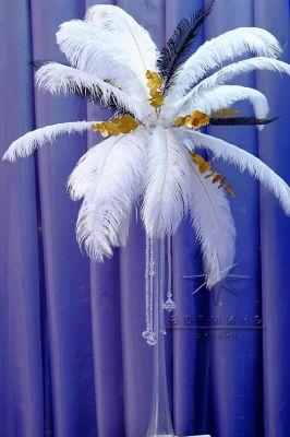 Страусиные перья в высоких вазах для оформления праздничных столов на Новый год