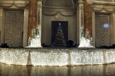 Светящаяся сцена и елочки в оформлении дворца на новогоднем празднике