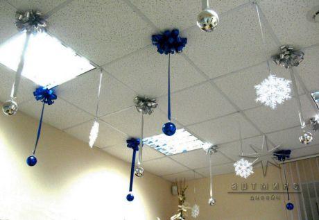 Оформление новогоднего праздника выдержано в одном цвете
