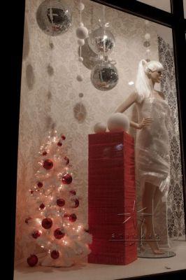 Новогодняя витрина украшена в классическом стиле (бело-красных тонах)