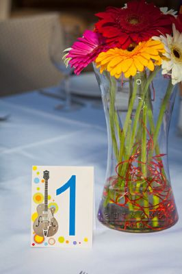 Дизайнерская карточка рассадки и герберы в прозрачной вазе с флористическим декором