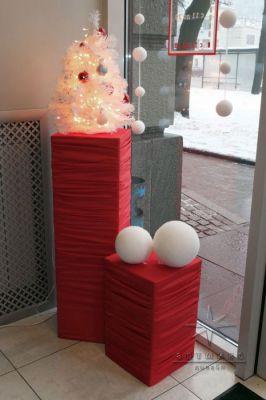 Красно-белые елочки в оформлении витрины в магазине SCAVOLINI