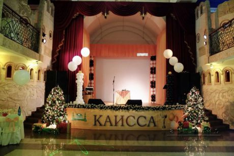 Новогоднее оформление сцены для организации КАИССА, в ресторане