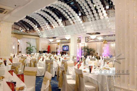Дизайн новогоднего оформления корпоративного мероприятия в банкетном зале в отеле Амбассадор