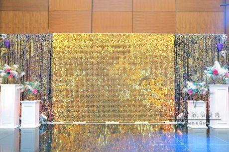 Золотая фотозона из пайеток