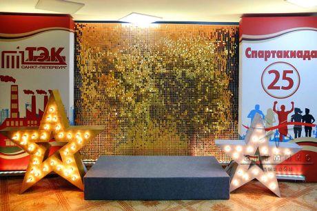 Фотозона из золотых пайеток