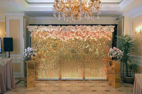 Золотая фотозона с цветочной гирляндой